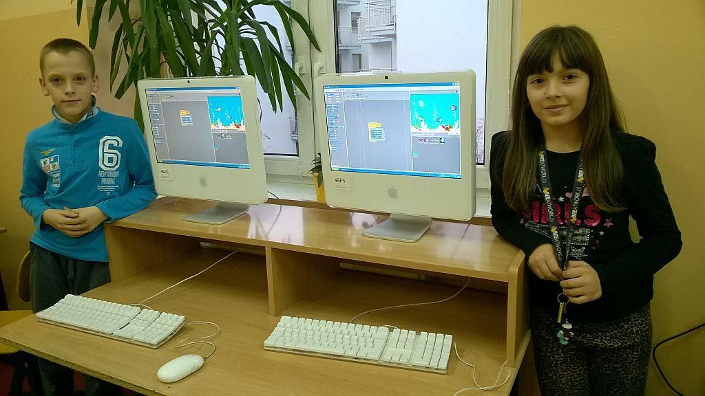Uczniowie w sali komputerowej