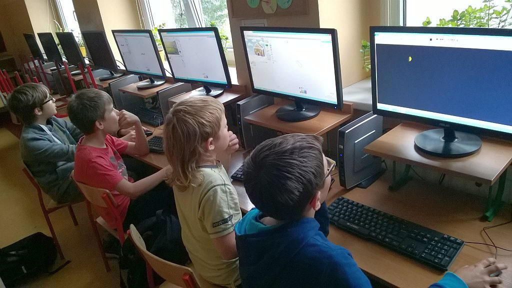 Uczniowie przed komputerami