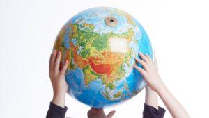Ręce trzymające globus