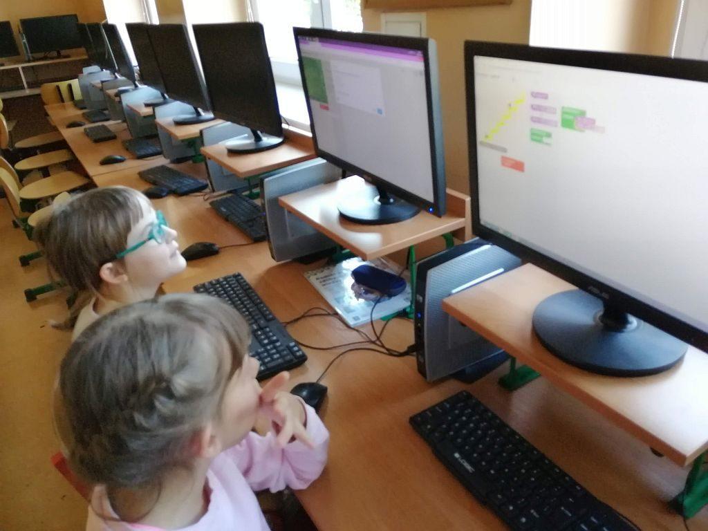Dzieci w sali komputerowej