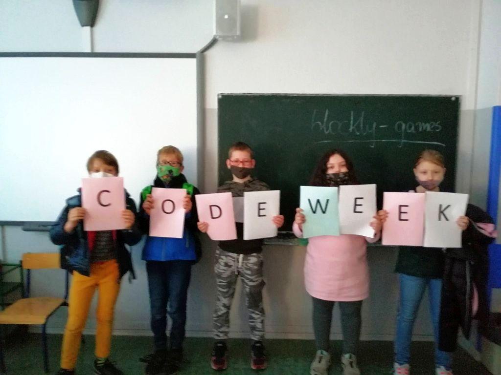 Dzieci pozujące przy tablicy