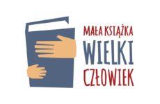 """Plakat akcji/. Ręce trzymające książkę, obok napis """"Mała książka, wielki człowiek"""""""