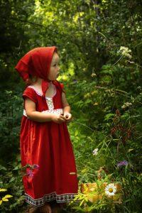 Dziewczynka w przebraniu Czerwonego Kapturka