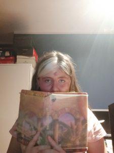 Dziewczynka trzymająca książkę Harry Potter