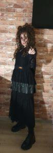 Dziewczynka w stroju wiedźmy